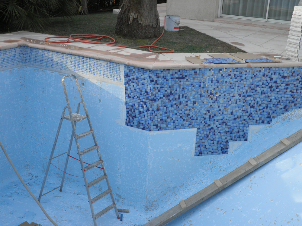 Piscine et coque polyester mosaic art for Piscine en beton projete