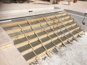 Escalier sur toute la largeur piscine